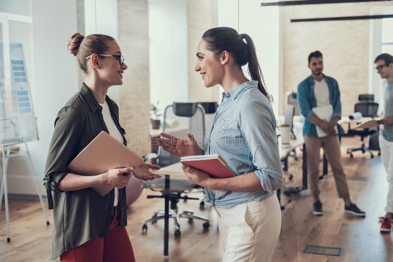 Szczęśliwe młode kobiety stoją w workroom zdjęcia stock