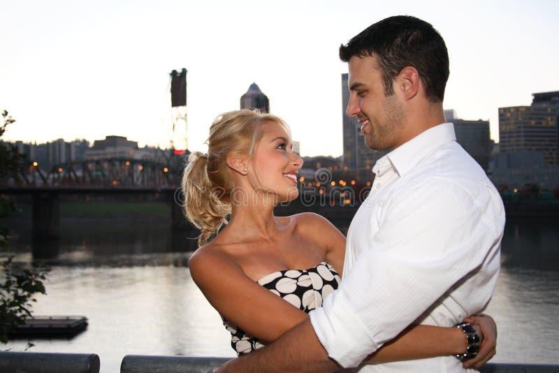 szczęśliwe młode pary zdjęcia royalty free