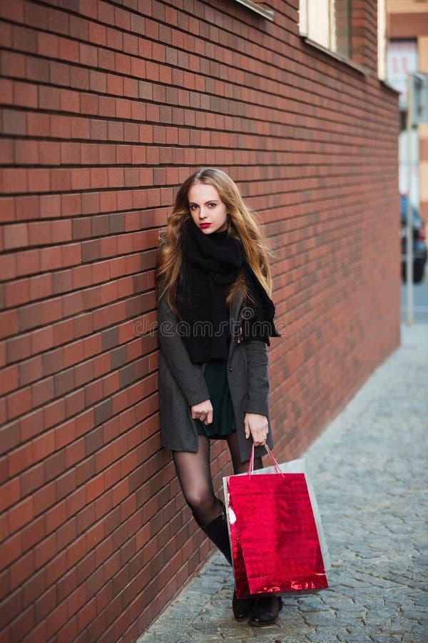 Szczęśliwe młode piękne kobiety trzyma torba na zakupy, chodzi zdala od sklepu na miasto ulicie Sprzedaż, konsumeryzm i ludzie, fotografia stock