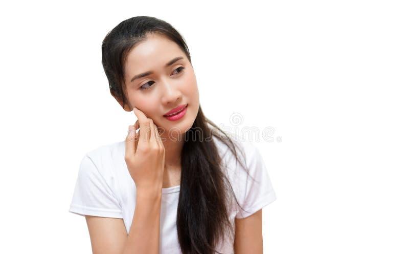 Szczęśliwe młode piękne kobiety w t-sirt przedstawienia prawa ręka papierze dla teksta projektują pozycja odizolowywająceg zdjęcia stock