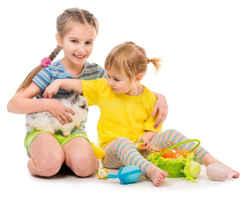 szczęśliwe małe siostry z jej królikiem zdjęcia stock