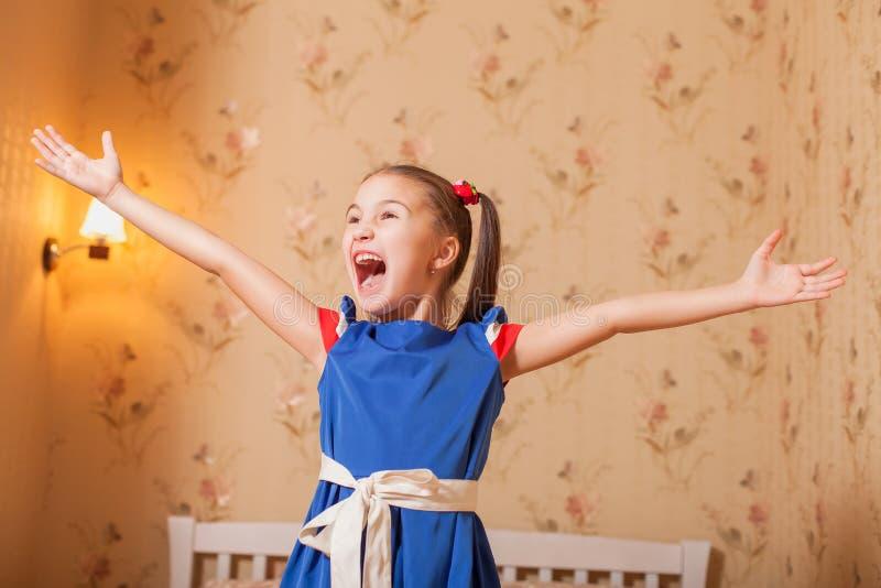 Szczęśliwe małych dziewczynek ręki up fotografia stock