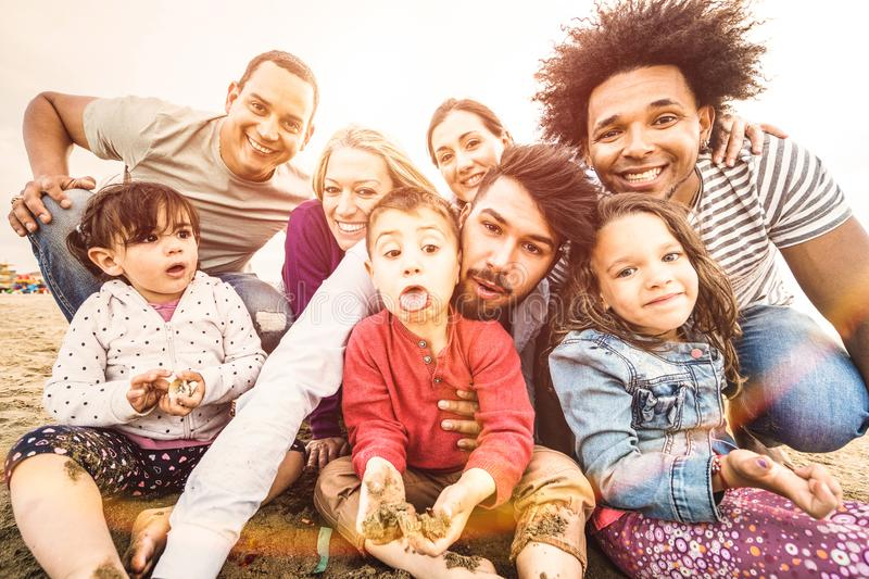 Szczęśliwe multiracial rodziny bierze selfie przy plażą robi śmiesznym twarzom zdjęcie royalty free