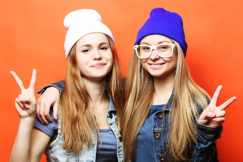 szczęśliwe ono uśmiecha się ładne nastoletnie dziewczyny, przyjaciela showi lub ściskać i fotografia stock