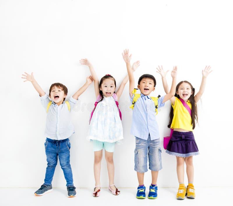 Szczęśliwe ono uśmiecha się dzieciak podwyżki ręki fotografia royalty free