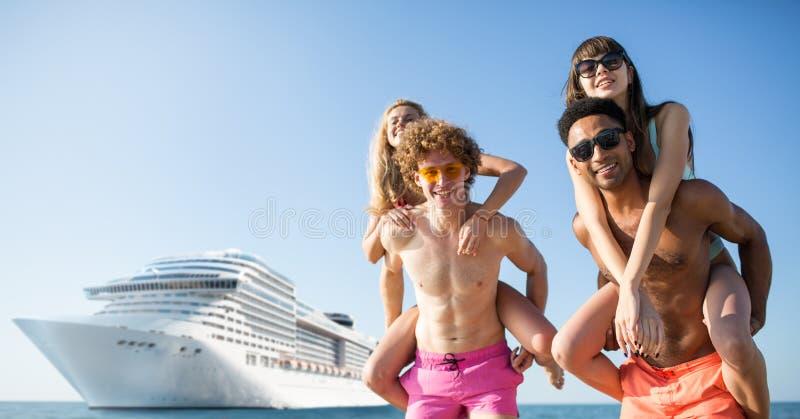 Szczęśliwe ono uśmiecha się pary które podróżują cruiseship Pojęcie wakacje i lato zdjęcie stock