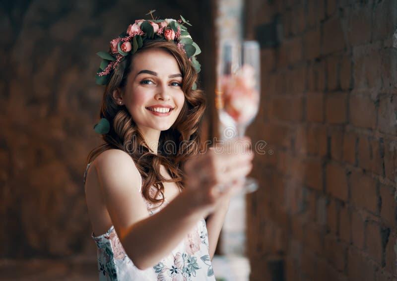 Szczęśliwe piękne kobiety mienia wineglass otuchy ty zdjęcie stock