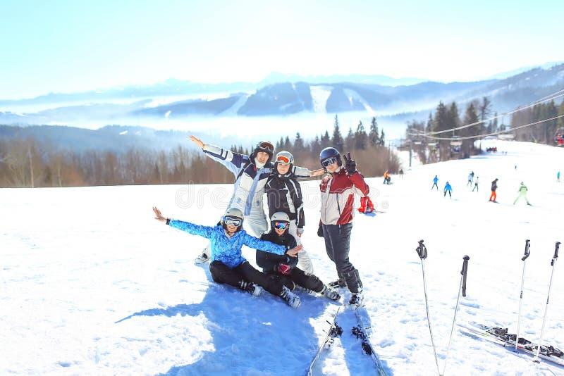 Szczęśliwe przyjaciel narciarki, snowboarders ma zabawę przy ośrodkiem narciarskim i Zima być na wakacjach pojęcie Selekcyjna ost zdjęcie royalty free