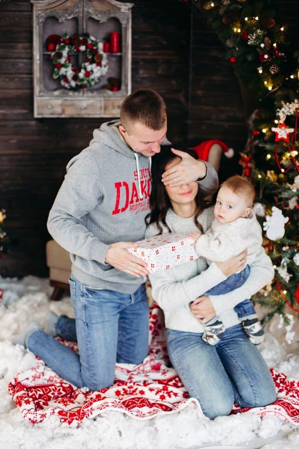 Szczęśliwe rodzinne otwarć bożych narodzeń teraźniejszość z dziećmi zdjęcia royalty free