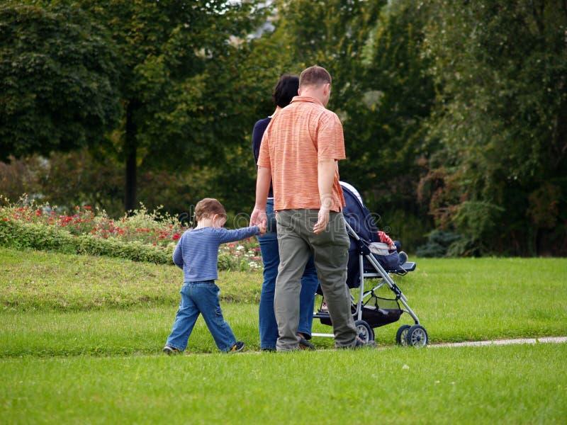 szczęśliwe rodziny cieszyć park zdjęcie royalty free