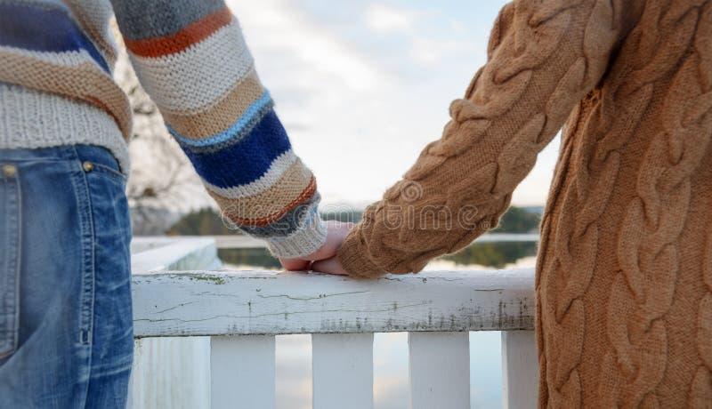 Szczęśliwe romantyczne pary mienia ręki zdjęcia stock