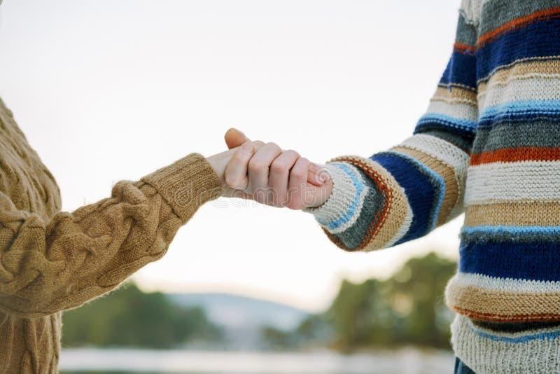 Szczęśliwe romantyczne pary mienia ręki zdjęcie royalty free