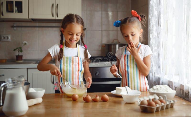 Szczęśliwe siostr dzieci dziewczyny piec ciastka, ugniatają ciasto, sztuka dowcip fotografia royalty free