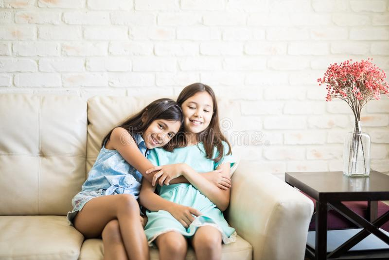 Szczęśliwe siostry ono uśmiecha się wpólnie i bawić się obraz royalty free
