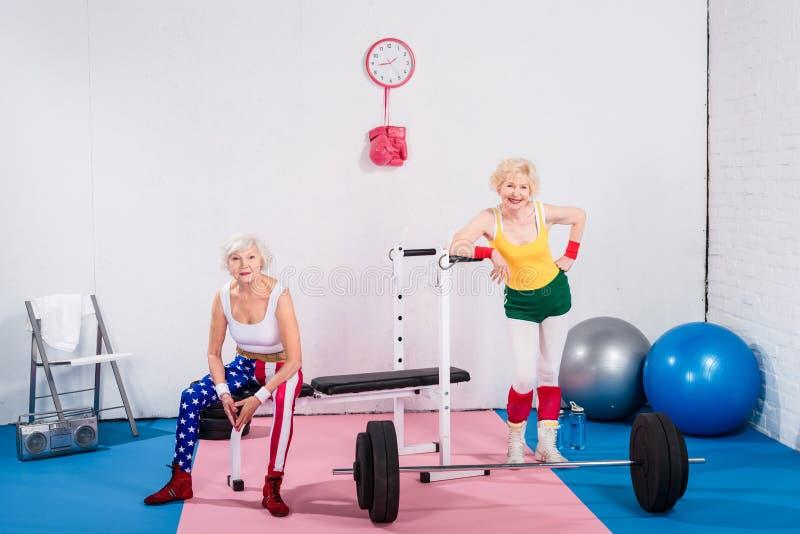 szczęśliwe sportive starsze damy ono uśmiecha się przy kamerą w sportswear obrazy stock
