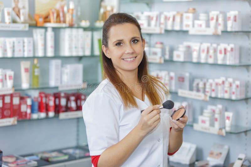 Szczęśliwe sprzedaże pomocnicze w piękno produktu sklepie zdjęcia stock