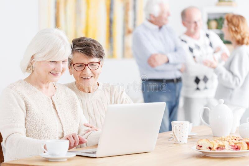 Szczęśliwe starsze damy używa technologię fotografia stock