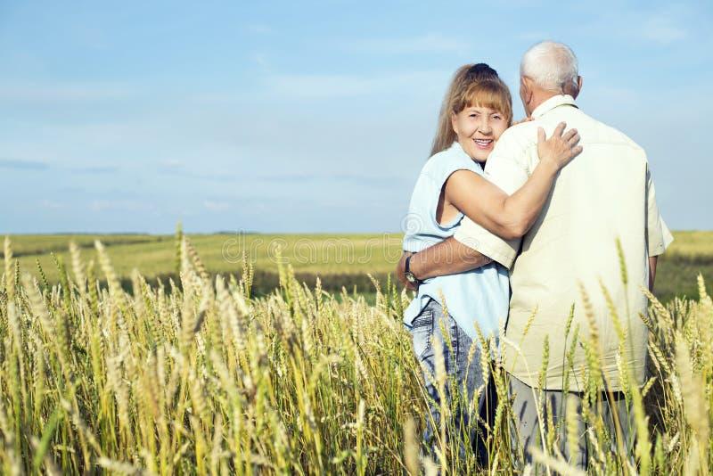 Szczęśliwe starsze osoby dobierają się plenerowego obrazy stock