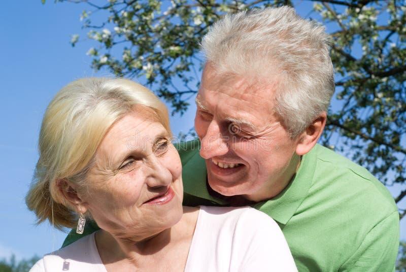 Szczęśliwe starsze osoby dobierają się wpólnie fotografia royalty free