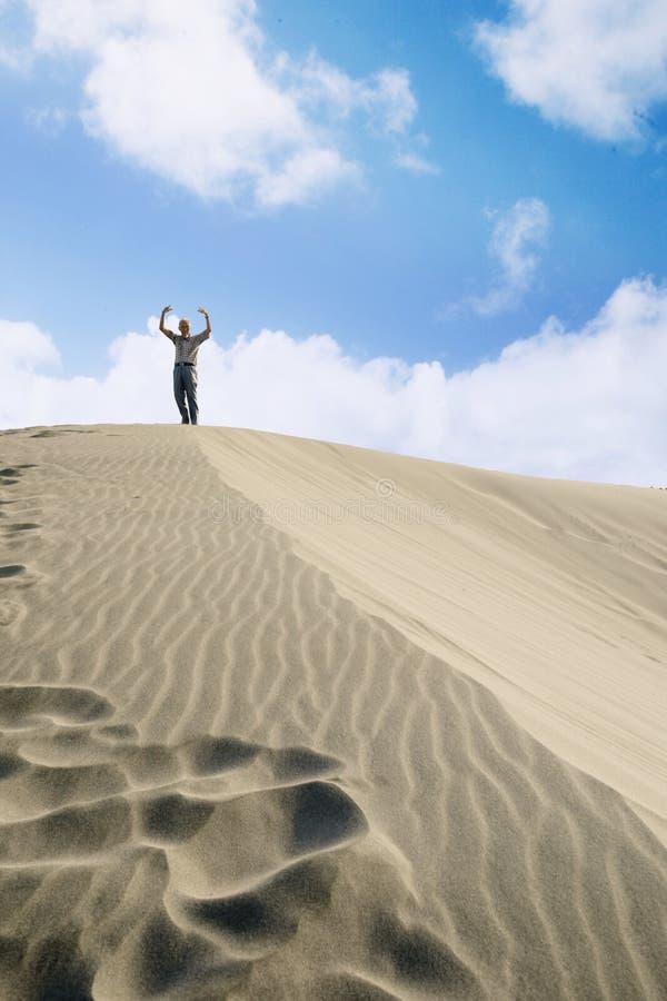 Szczęśliwe starsze osoby obsługują pozycję na białym piasku obrazy stock