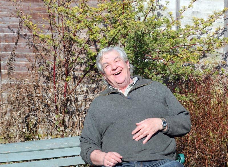 Szczęśliwy starsza osoba mężczyzna śmiać się. obrazy royalty free