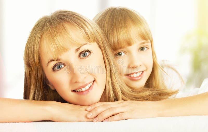 Szczęśliwe twarze córka i matka zdjęcie royalty free