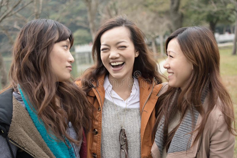 Szczęśliwe uśmiechnięte Azjatyckie kobiety w parku zdjęcia stock