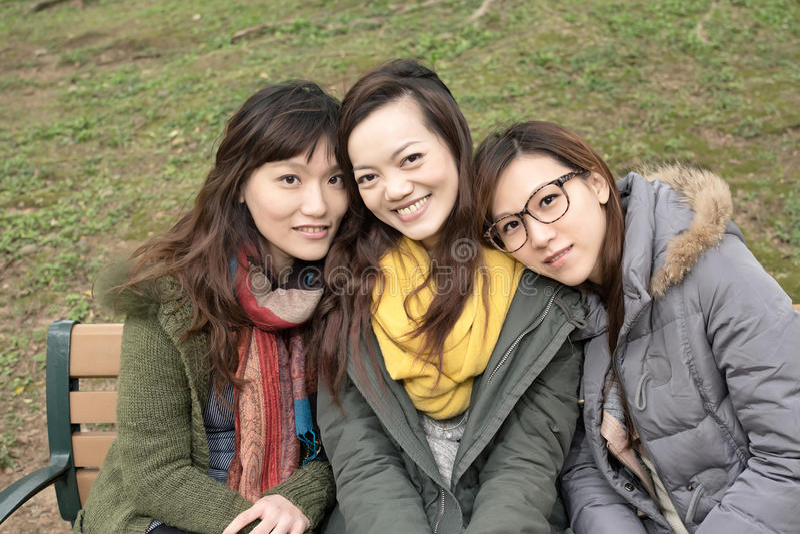 Szczęśliwe uśmiechnięte Azjatyckie kobiety w parku zdjęcia royalty free