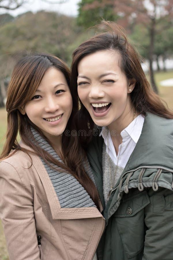 Szczęśliwe uśmiechnięte Azjatyckie kobiety w parku fotografia stock