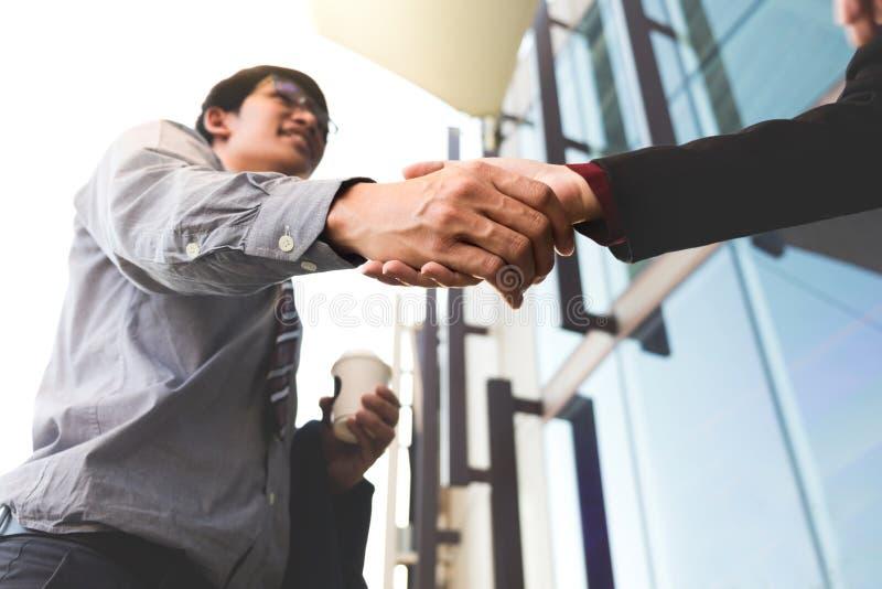 Szczęśliwe uśmiechnięte biznesowego mężczyzna chwiania ręki po dylowej apretury fotografia stock