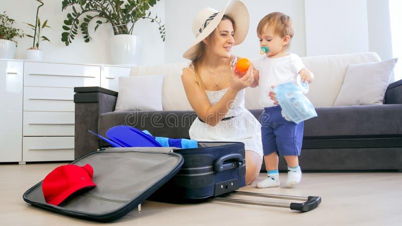 Szczęśliwe uśmiechnięte rodzinne kocowanie rzeczy dla wakacje letni obraz royalty free