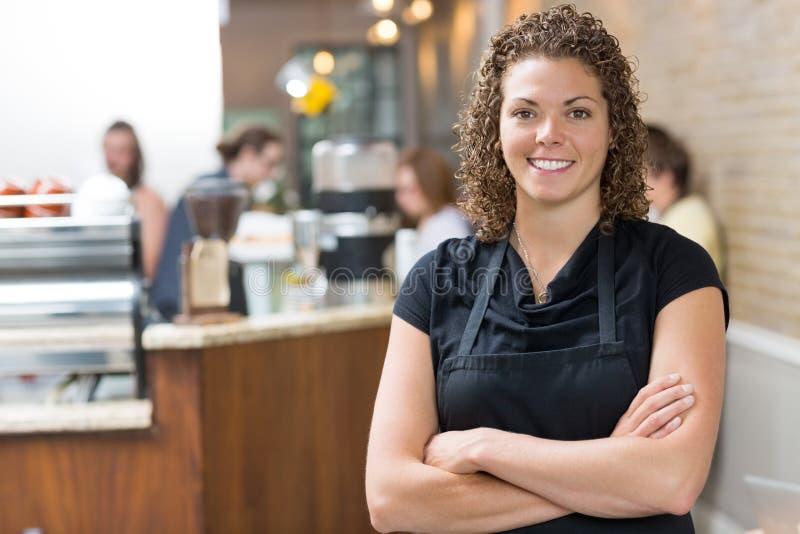 Szczęśliwe właściciel pozyci ręki Krzyżować W kawiarni obrazy stock