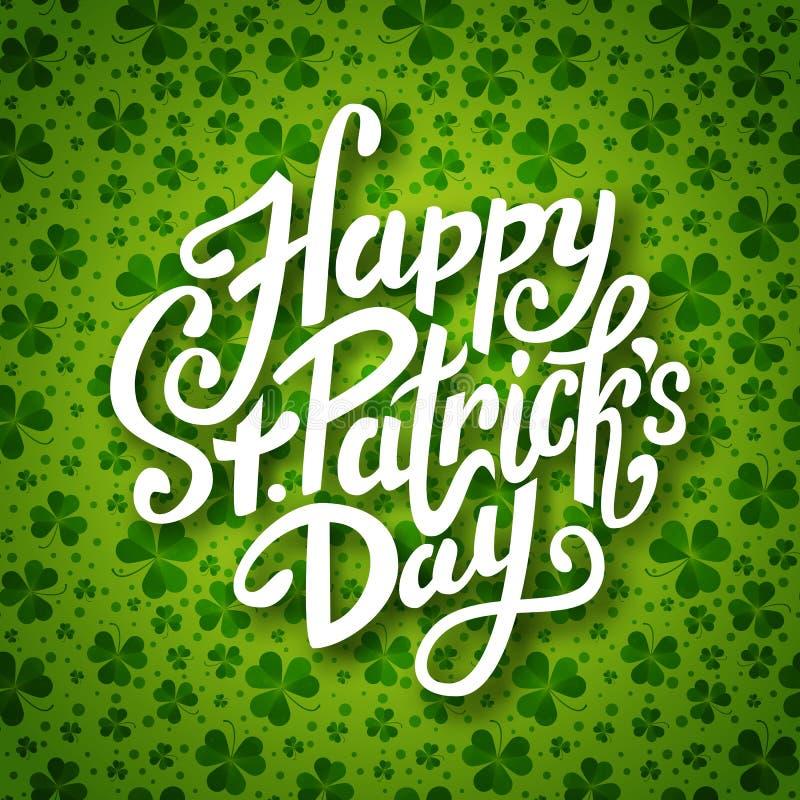 Szczęśliwego świętego Patrick dnia ręcznie pisany wiadomość, szczotkarski pióra literowanie na zielonej shamrock tła pocztówce, w royalty ilustracja