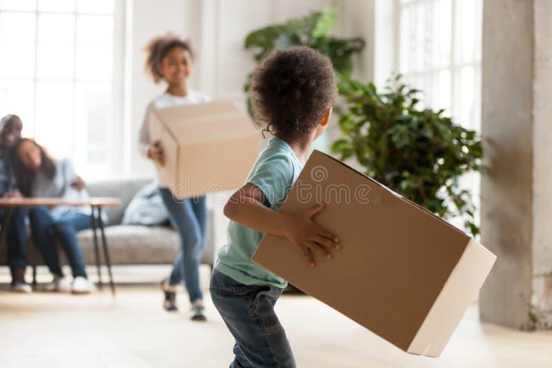 Szczęśliwego amerykanin afrykańskiego pochodzenia rodzinny chodzenie w nowym domu obraz royalty free