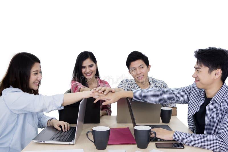 Szczęśliwego biznesu drużynowe łączy ręki na studiu zdjęcia stock