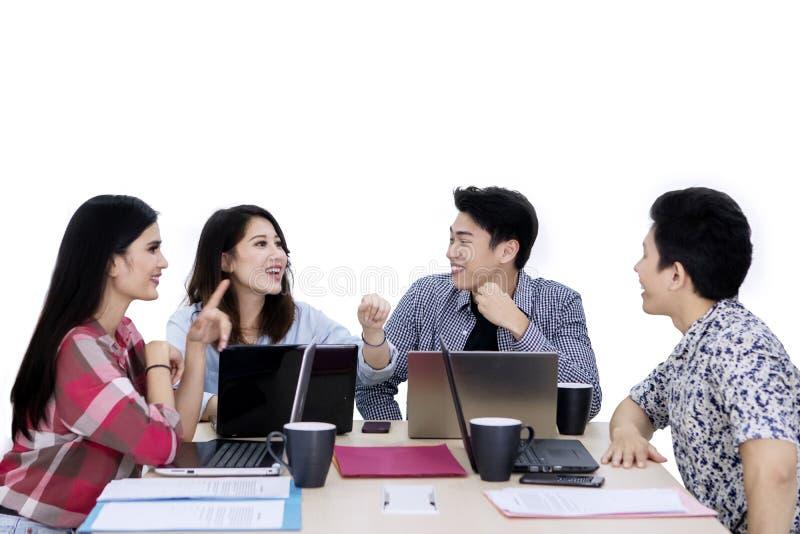 Szczęśliwego biznesu drużynowy dyskutuje projekt na studiu obraz royalty free