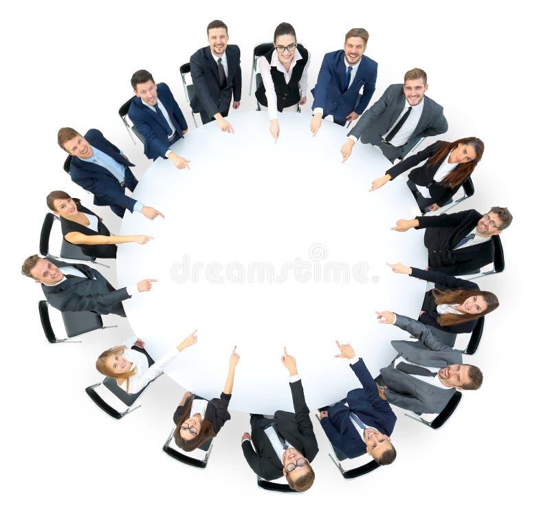 Szczęśliwego biznesu drużynowy wskazywać przy coś zdjęcia royalty free