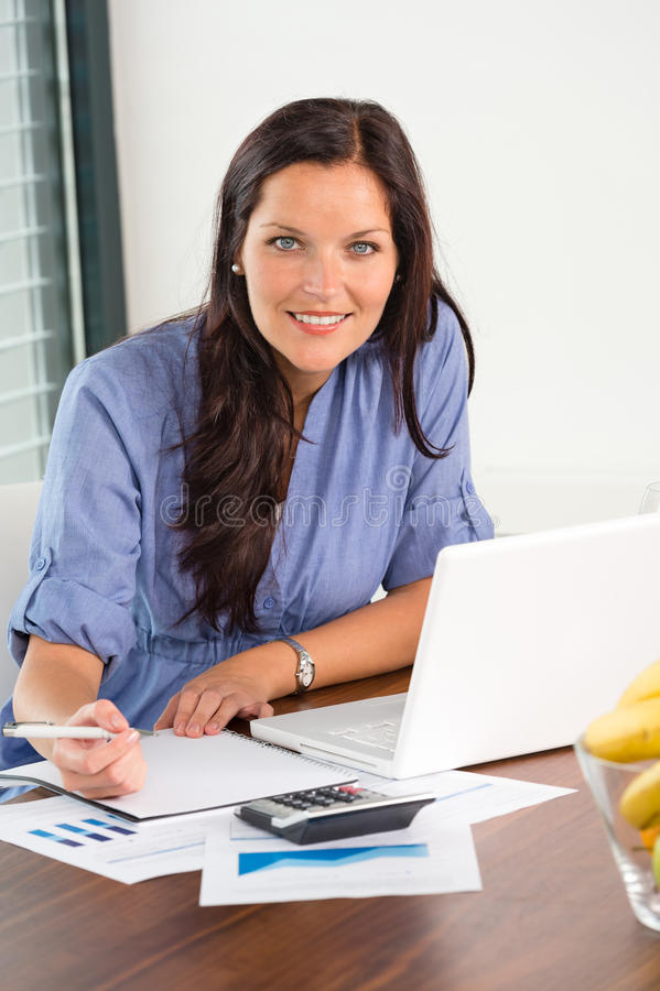 Szczęśliwego bizneswomanu writing cyrklowania pracujący biurowy finanse obrazy stock