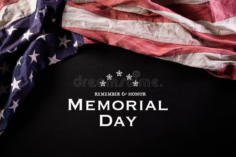 Szczęśliwego Dnia Pamięci Amerykańskie flagi z tekstem REMEMOR & HONOR na tle tablicy 25 maja zdjęcia stock