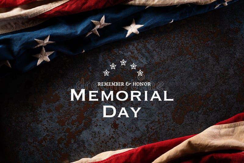 Szczęśliwego Dnia Pamięci Flagi amerykańskie z tekstem REMEMOR & HONOR na tle czarnej faktury kamiennej 25 maja zdjęcia royalty free