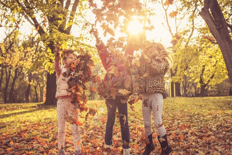szczęśliwego dzieciństwa Dzieci w naturze fotografia stock