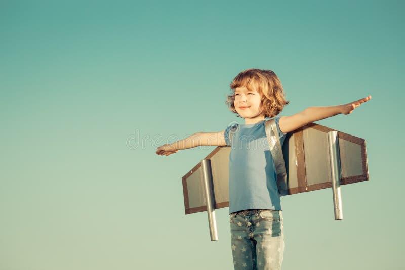 szczęśliwego dziecka na zewnątrz gra fotografia royalty free