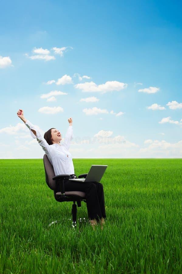 szczęśliwego laptopu łąkowi kobiety potomstwa zdjęcia stock