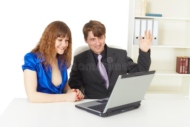 szczęśliwego laptopu przyglądająca mężczyzna ekranu kobieta obraz stock