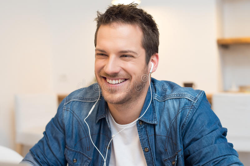 Szczęśliwego mężczyzna Słuchająca muzyka obrazy royalty free