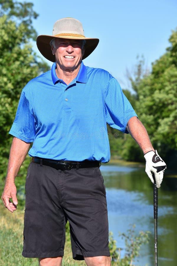 Szczęśliwego Męskiego golfisty Sportowy mężczyzna Z Golf Club Bawić się golfa obraz stock
