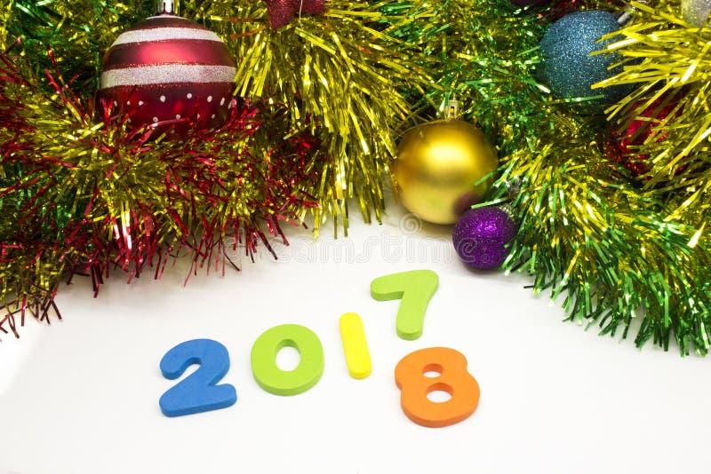 2018 szczęśliwego nowego roku świecidełka dekoraci colourful tło zdjęcie royalty free
