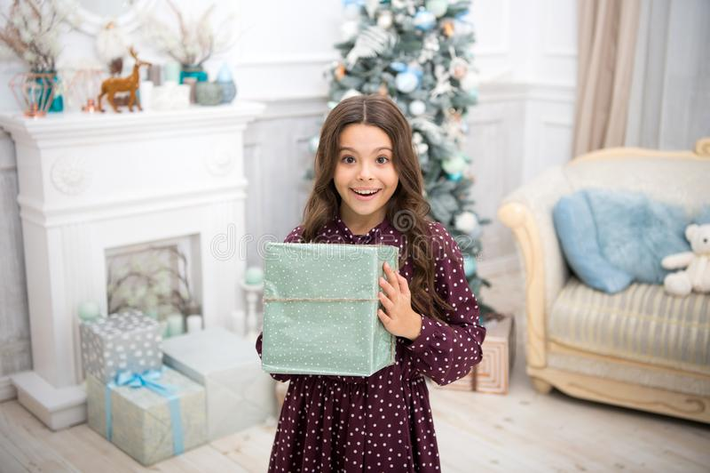 szczęśliwego nowego roku, Boże Narodzenia Dzieciak cieszy się wakacje mała szczęśliwa dziewczyna przy bożymi narodzeniami Ranek p obrazy stock