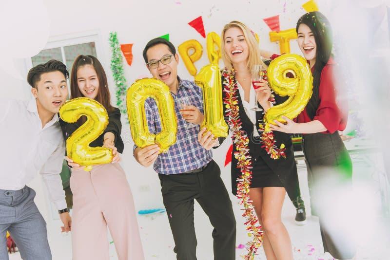 2019 Szczęśliwego nowego roku kolorowych przyjęć w biurowych ludzie biznesu zdjęcia royalty free