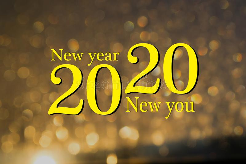 Szczęśliwego Nowego Roku 2020 Nowy rok, nowy, start, cele Koncepcyjna wiadomość motywacyjna napisana żółtą farbą Możesz zacząć zdjęcia stock